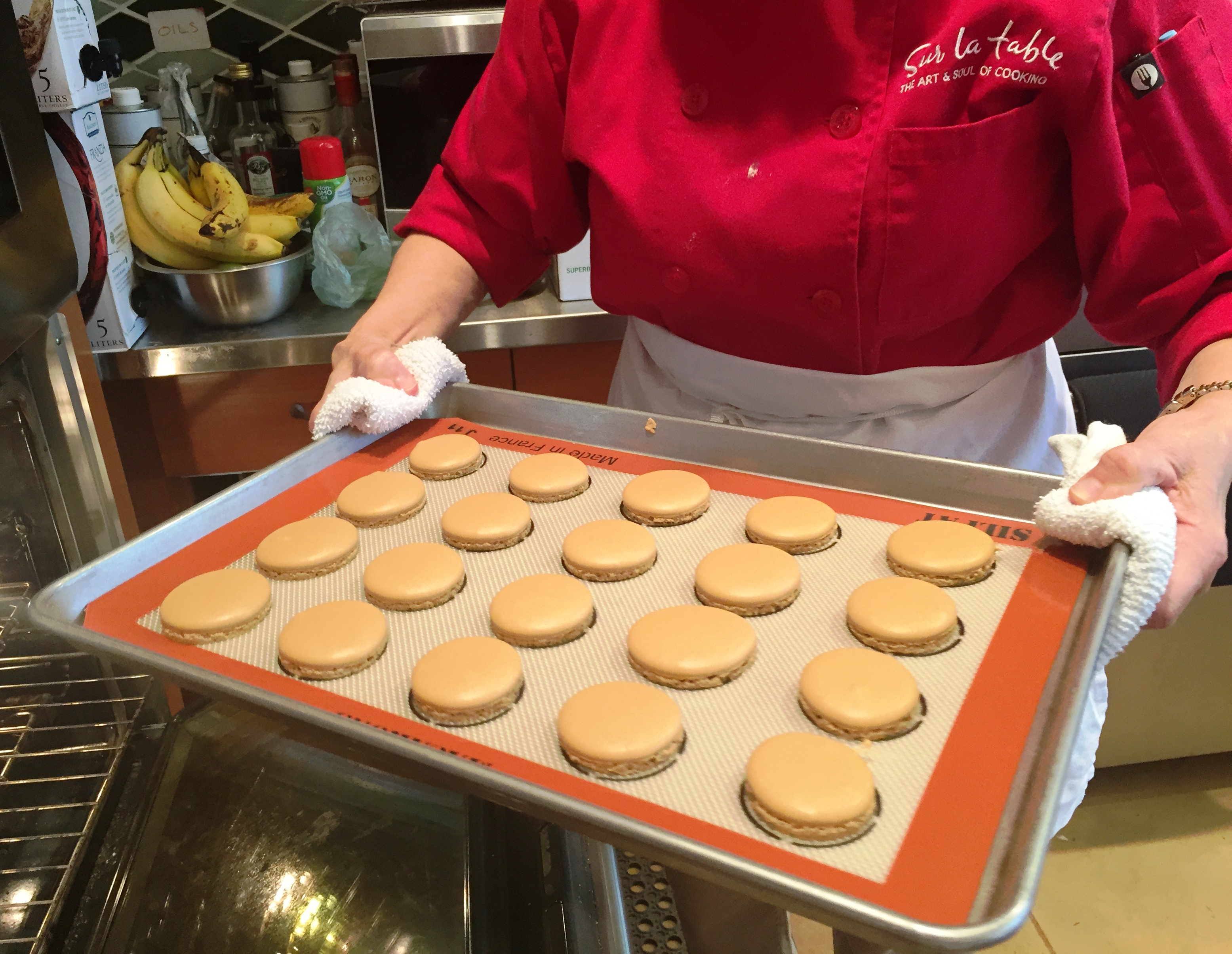 macarons on the silpat.JPG